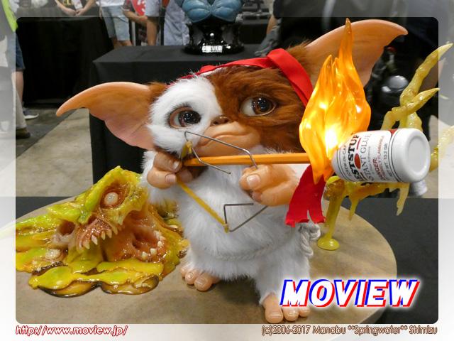 とても賢いモグワイのギズモ。テレビで観ていた『ランボー/怒りの脱出』の影響を受けて、火矢でグレムリンのモホークに挑みます。