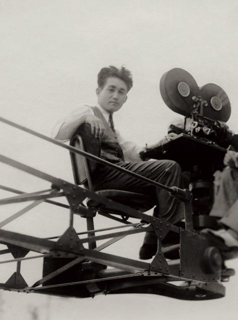 クレーンに乗る円谷英二(1934年) 国立映画アーカイブ所蔵